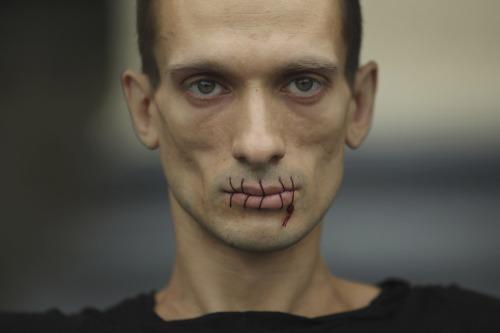 El artista Pyotr Pavlesnsky posa frente a la Catedral de Kazan en San Petersburgo con la boca cosida, en protesta por la detención de los miembros de la banda punk femenina 'Pussy Riot'.- REUTERS