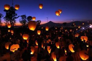 Unas 10 mil personas elevaron en Puebla un total de 16 mil globos de papel encendidos para batir un Récord Guinness a favor de la paz.